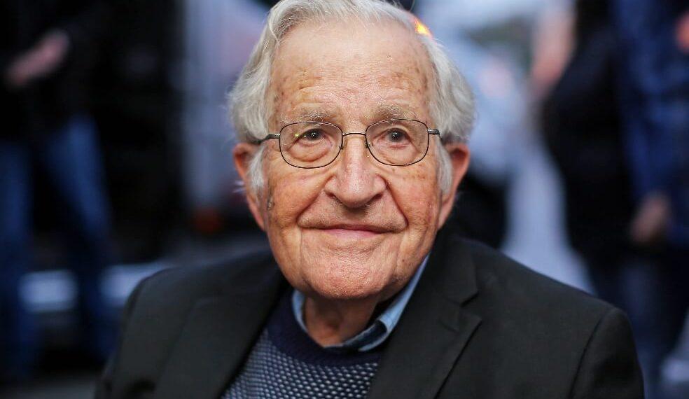 """noamchomskyafp 2 984x570 - """"Esta es una sociedad muy rica, pero dominada por la privatización"""": Noam Chomsky"""