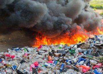 quemar plastico 360x260 - Los países ricos, con sus emisiones de dióxido de carbono, ponen en peligro el futuro de todos los niños del mundo