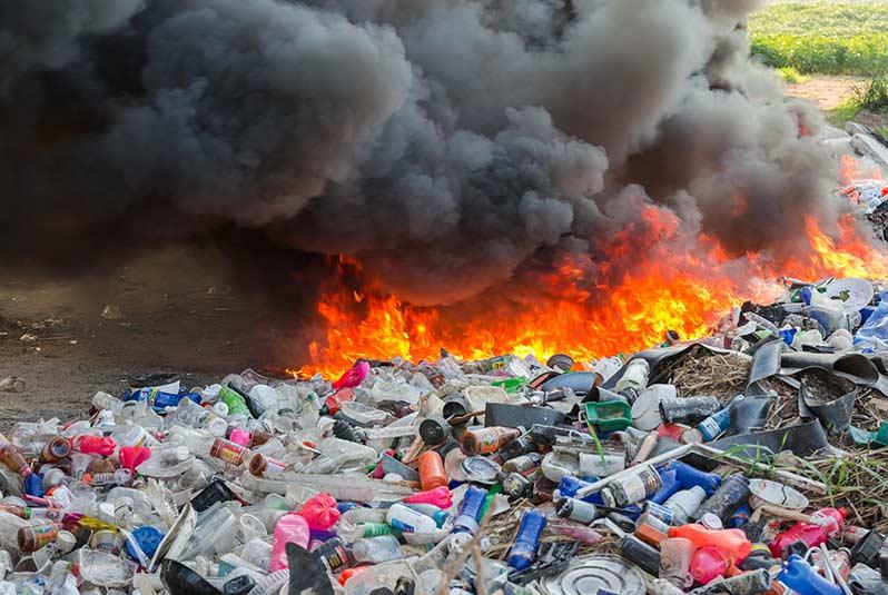 quemar plastico - Los países ricos, con sus emisiones de dióxido de carbono, ponen en peligro el futuro de todos los niños del mundo