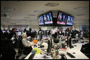 """sala de redacción de Financial Times 300x202 - """"Credibilidad de Duque está en juego"""": fuerte editorial de The New York Times sobre espionaje en Colombia"""