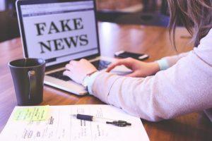 """Fake News 696x464 1 300x200 - """"No se puede pasar por alto la alarma de una extinción inminente"""". Noam Chomsky"""