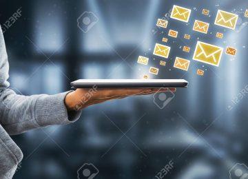 107087849 vista lateral de la mano que sostiene la almohadilla con los iconos de correo electrónico en el fondo b 360x260 - Uribismo: estrategia política vs. justicia