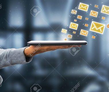 107087849 vista lateral de la mano que sostiene la almohadilla con los iconos de correo electrónico en el fondo b 380x320 - Uribismo: estrategia política vs. justicia