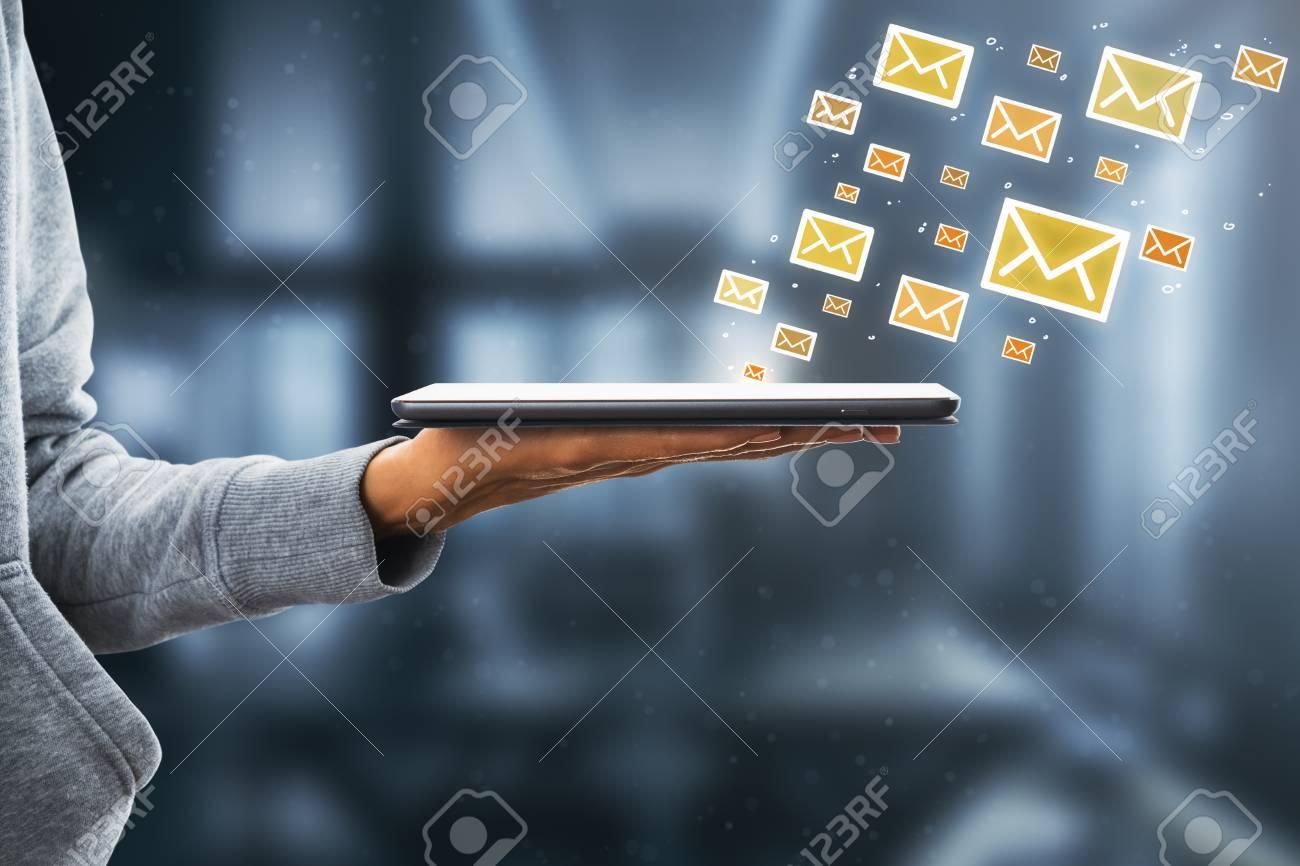 107087849 vista lateral de la mano que sostiene la almohadilla con los iconos de correo electrónico en el fondo b - Uribismo: estrategia política vs. justicia