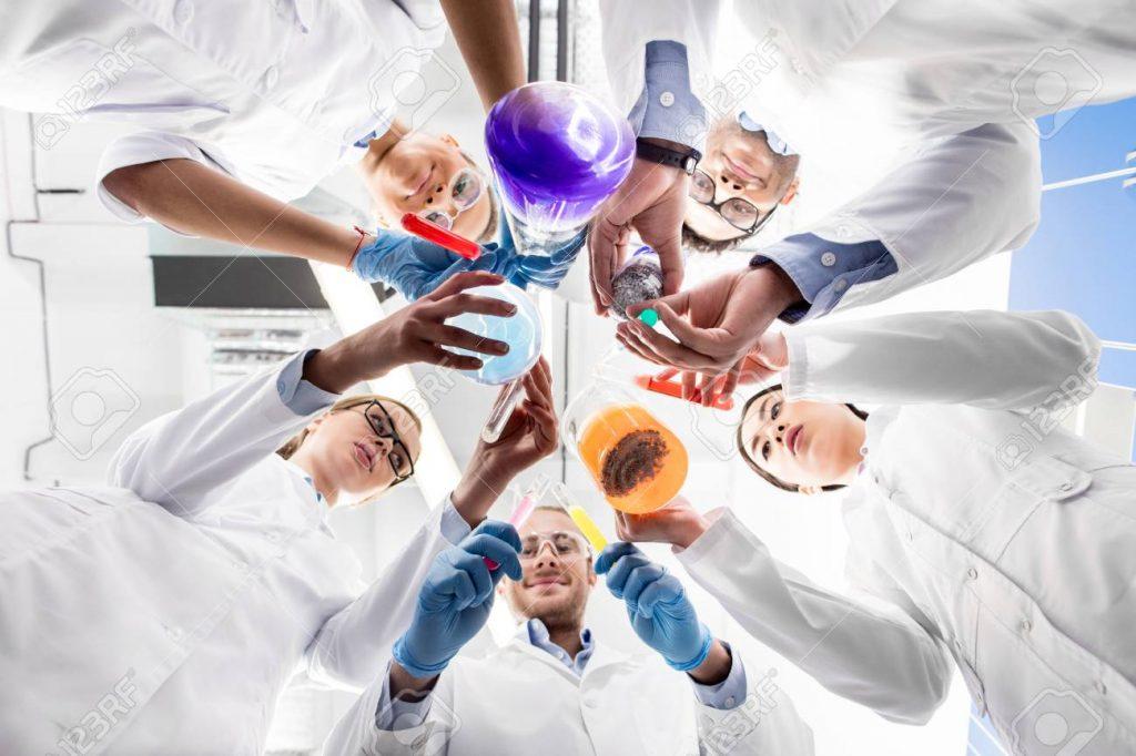 78713157 científicos que sostienen varios tubos de ensayo 1024x682 - Aún es un misterio el verdadero origen del Covid-19
