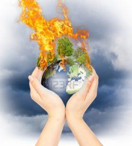 10285142 manos sosteniendo quema la tierra como un simbolo del calentamiento global o un apocalipsis 272x300 - El calentamiento global, una amenaza mucho mayor que el covid-19 (Cruz Roja)