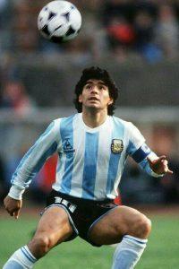 96be1f81939d7ef58c2dca60d09a1f47 200x300 - El contraste entre Diego y Maradona