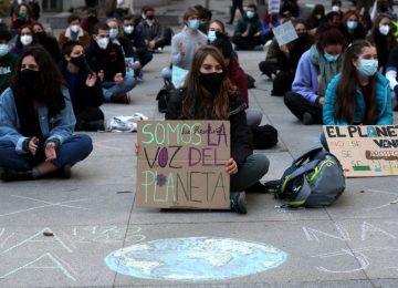 """6TORUCN52LWR3JSVCNKG426RC4 360x260 - Los jóvenes activistas del clima piden a los gobiernos que dejen de hacer """"promesas vacías"""""""