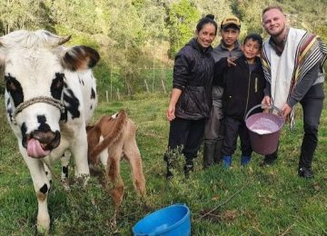 NubiayDominic 360x260 - Nubia e hijos le enseñan a ordeñar y a sembrar papa al alemán que se enamoró de Colombia
