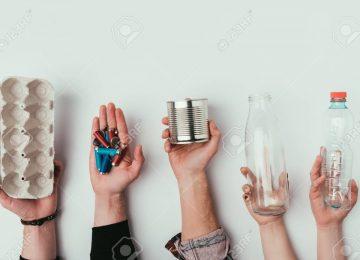 111696917 vista parcial del grupo de personas que tienen varios tipos de basura aislado en gris 360x260 - Separando en casa con D1 ¡Cuidemos juntos del planeta!