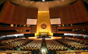 1200px UN General Assembly hall 300x186 - Hoy 12 de agosto es : Día Internacional de la Juventud