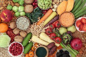 comida sana para una alta dieta de la fibra un alto concepto con fruta las verduras el pan entero del grano los granos legumbres 141411622 300x200 - Siete hábitos alimenticios que ayudarían a prevenir el Alzheimer