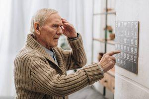 depositphotos 232750168 stock photo old man looking at calendar 300x200 - Siete hábitos alimenticios que ayudarían a prevenir el Alzheimer